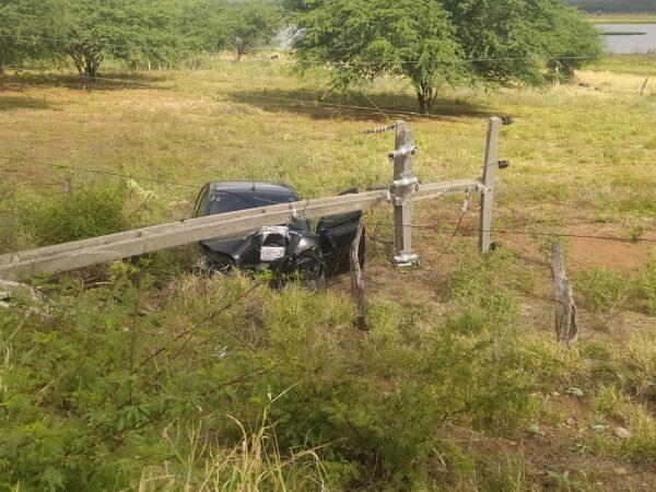 Motorista perde controle de veículo e colide contra poste em rodovia na região do Cariri