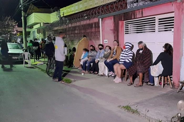 Idosos dormem em fila para garantir vacina na Grande BH