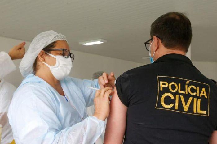 Profissionais de segurança da PB se vacinam contra a Covid-19