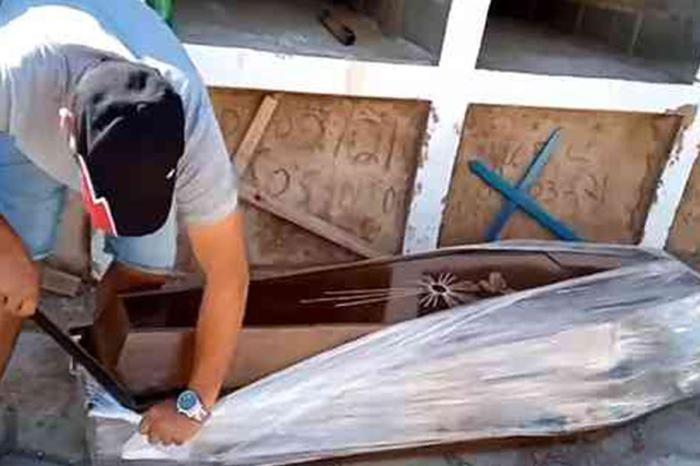 [VÍDEO] Vereador abre caixão com facão para provar que homem não morreu de Covid-19