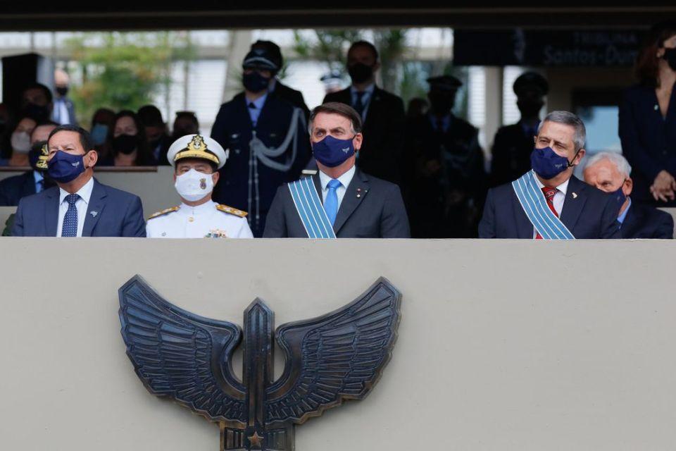Bolsonaro participa de transmissão de comando da Aeronáutica