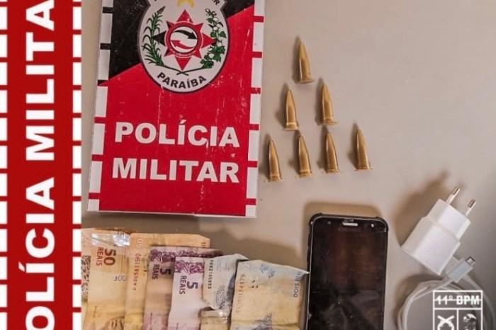 Em Monteiro, homem com mandado de prisão em aberto é preso com drogas