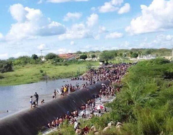 Populares lotam sangradouro do açude de Taperoá e provocam grande aglomeração em plena pandemia