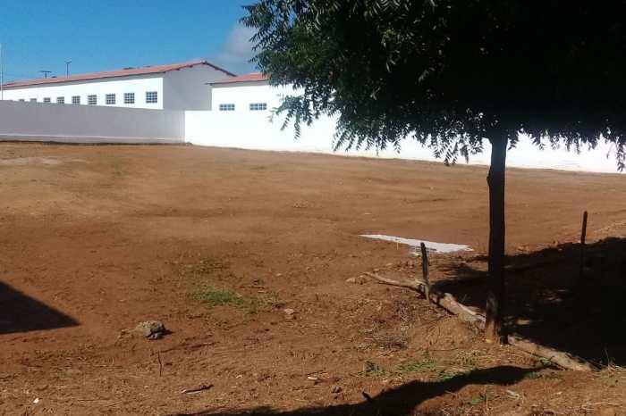 MONTEIRO: Secretaria de infraestrutura realiza completa limpeza em terrenos no bairro Bernardino Lemos