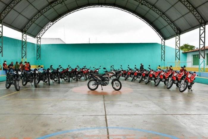 Governador João Azevêdo entrega motos para profissionais em Riachão do Poço