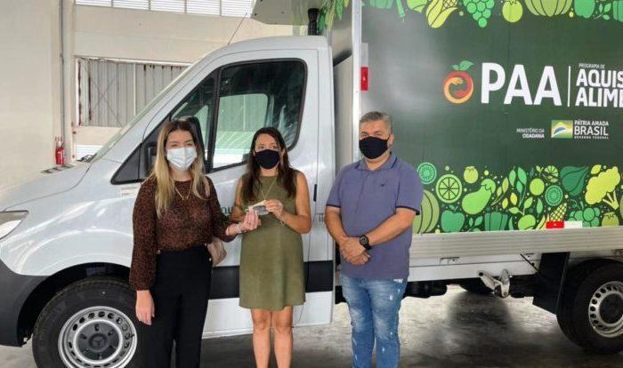 Prefeita Anna Lorena recebe pessoalmente caminhão e kit de equipamentos do PAA