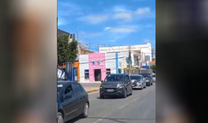 """MOÍDOS DA REDAÇÃO: Manifestantes fazem carreata """"FORA BOLSONARO"""" pelas ruas de Monteiro; veja o vídeo"""