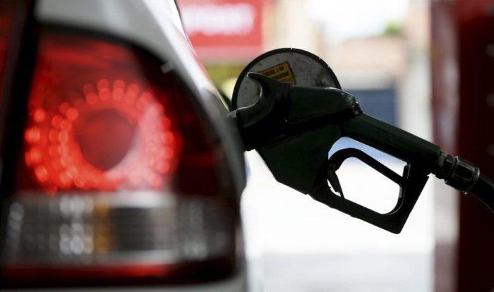 Gasolina deve subir 16 e diesel 10 centavos nas bombas, nesta terça