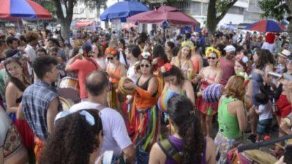 VEJA O VÍDEO: Domingo é marcado por desrespeito a regras de distanciamento social em praia da capital
