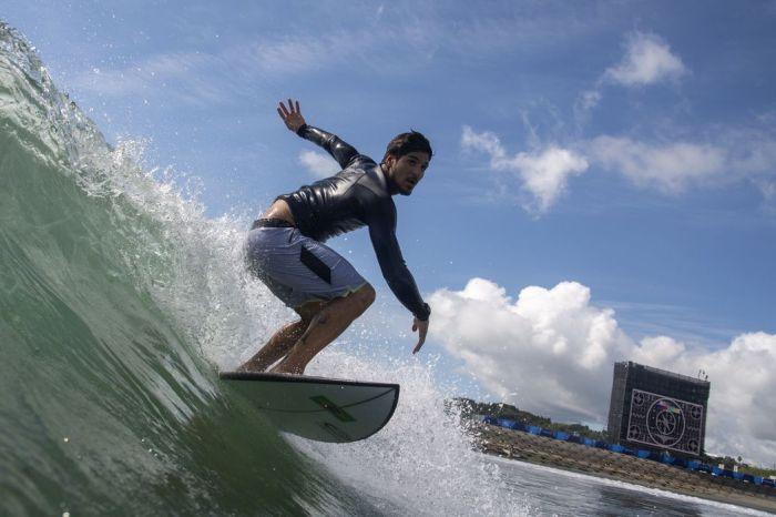 Tóquio: alerta de tufão deixa surfistas animados com ondas mais altas