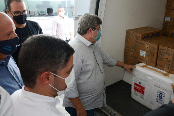 João Azevêdo acompanha distribuição do maior quantitativo de vacinas contra a Covid-19