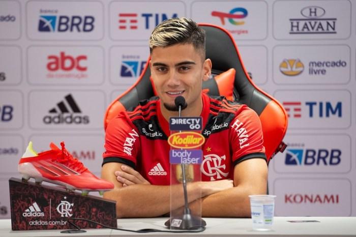 """Andreas Pereira é apresentado e se derrete pelo Flamengo: """"O maior clube da América""""."""
