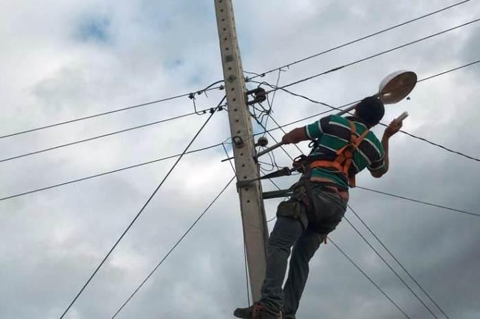 Secretaria de Agricultura de Monteiro beneficia moradores com reposição de lâmpadas