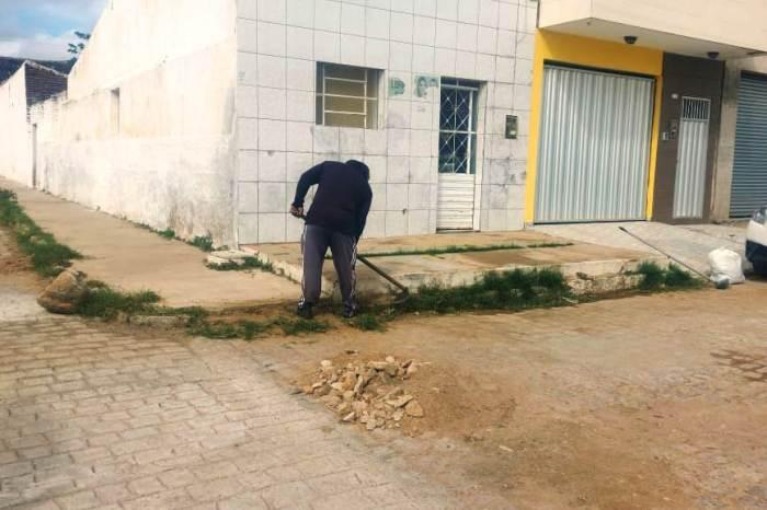 Secretaria de Infraestrutura de Monteiro realiza ação de limpeza em ruas do município