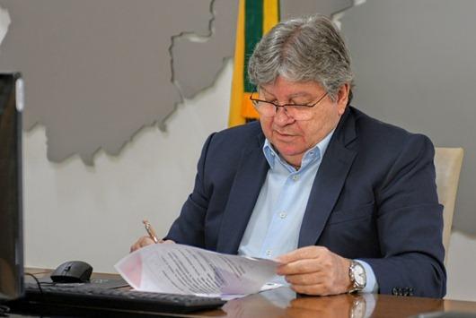 João Azevêdo sanciona Lei Lucas Santos de combate ao Cyberbullying