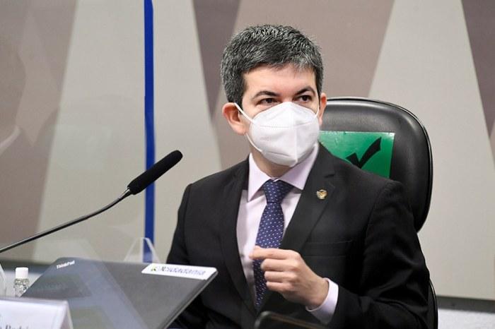 Bolsonaro pode ser indiciado pela CPI por homicídio qualificado, diz Randolfe