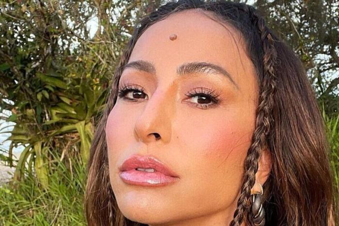 Sabrina Sato impressiona com look espelhado para sua coroação em escola de samba