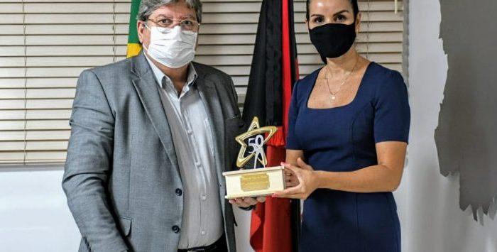 HOMENAGEM: Governador João Azevêdo recebe troféu Jubileu de Ouro
