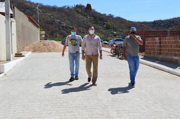 Prefeito Éden Duarte entrega pavimentação de importante rua no bairro renascer, em Sumé