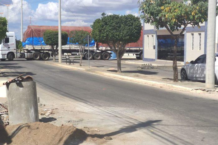 Carreta derruba postes e fios de energia no centro da cidade de Monteiro