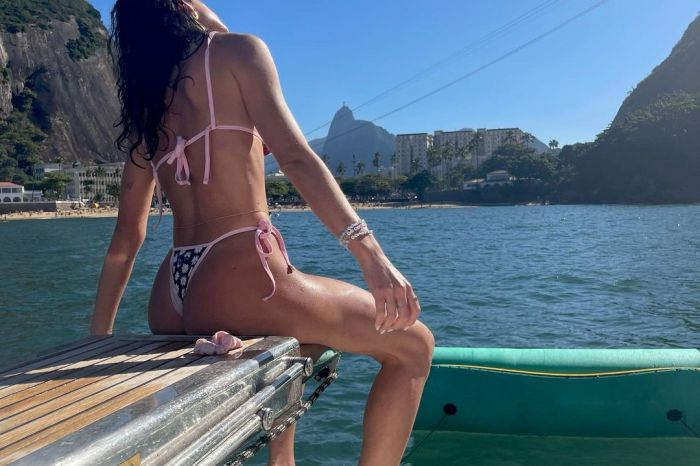 Bruna Marquezine posa de biquíni e recebe elogios
