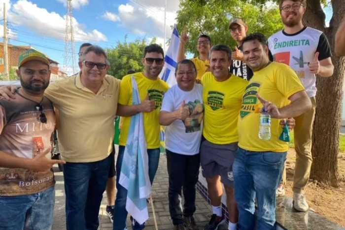 Apoiadores do presidente Bolsonaro promovem carreata em cidade do Cariri