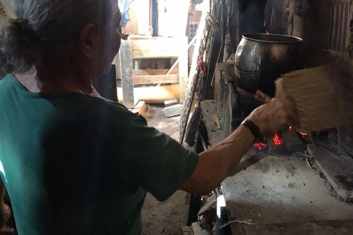 Idosa troca gás de cozinha por fogão a lenha: 'não tenho condições de comprar gás por R$ 90'