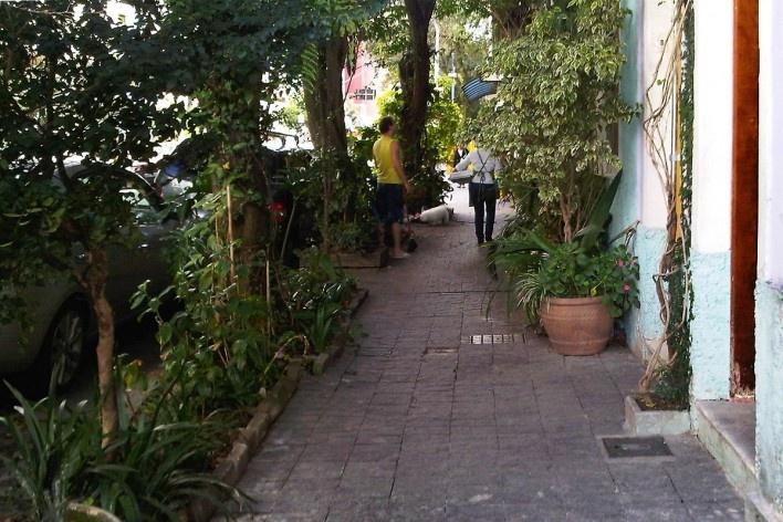 Jardim familiar na calçada pública, Grotão da Bela Vista<br />Foto Abilio Guerra