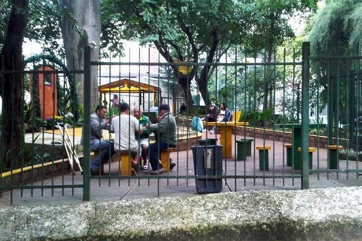 Pracinha gradeada com idosos, crianças e mulheres, Grotão da Bela Vista<br />Foto Abilio Guerra