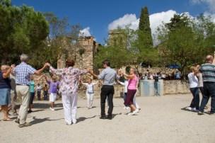 L'alcalde i diversos molinencs ballant sardanes a Santa Creu d'Olorda // Ajuntament de Molins de Rei