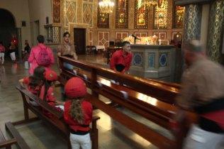 Al traslladar-se a dins l'església, els propis castellers han hagut de fer lloc desmuntant els bancs // Jordi Julià