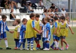 Els jugadors de l'Atlètic Incresa i la Penya Sant Feliu donant-se la mà // Jose Polo