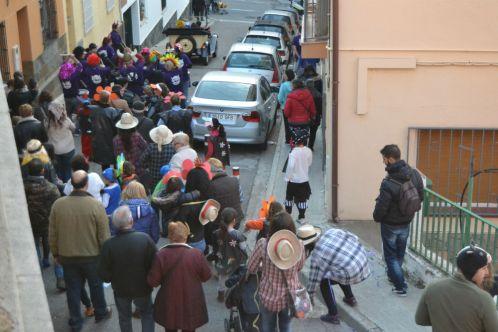 Els assistents, marxant en cercavila // Elisenda Colell