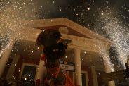 El Camell il·luminat pel foc del seus diables a l'estació // Elisenda Colell