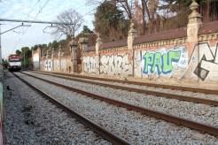 Els trens passen entre el pont i l'accés a Can Capellans // Jordi Julià