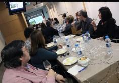 La Sala Punt de Comerç plena de gent durant el tast de formatges // Jose Polo