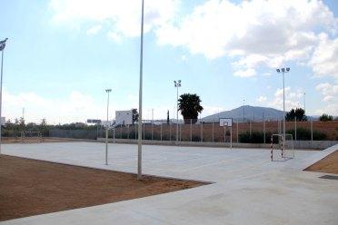 Al costat d'una pista hi ha la pantalla acústica de terra // Jordi Julià