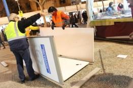 El regidor de Seguretat, Antón Pedrola, i un dels efectius de Protecció Civil recollint un material caigut // Jose Polo
