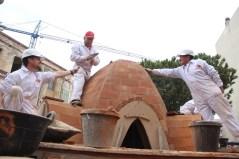 Sis paletes han cooperat per construir una peça inspirada en el balcó de la Federació Obrera // Jordi Julià