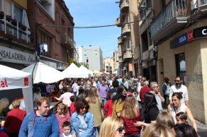 El carrer Rafael Casanova a mig matí durant la diada de Sant Jordi // Jose Polo