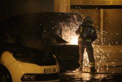 Els Bombers van tallar les finestres de la furgoneta de Correus // Jordi Julià