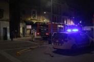 Els dos camions de bombers es van quedar a la plaça de la Creu i van passar les mànegues pel passatge // Jordi Julià