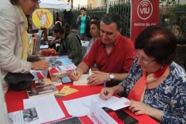 Jordi Anducas i Gemma Tribó signant al mateix temps // Jordi Julià