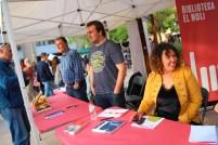 Diversos autors locals han signat llibres a la parada d'escriptors de km 0 // Jose Polo