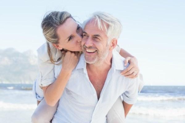 Ventajas de enamorarse de un hombre de más de 50 años