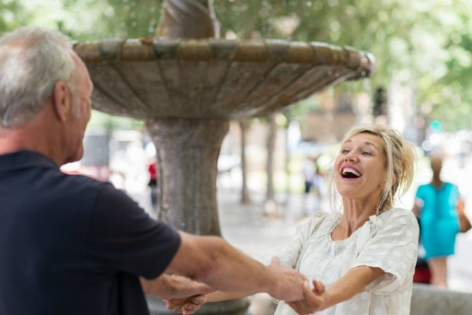 10 Ventajas de enamorarse de una mujer de más de 50 años