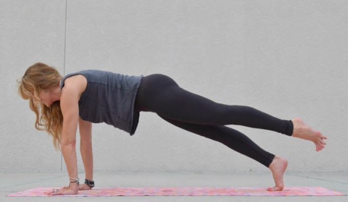 4 Yoga poses to strengthen your core and improve your balance