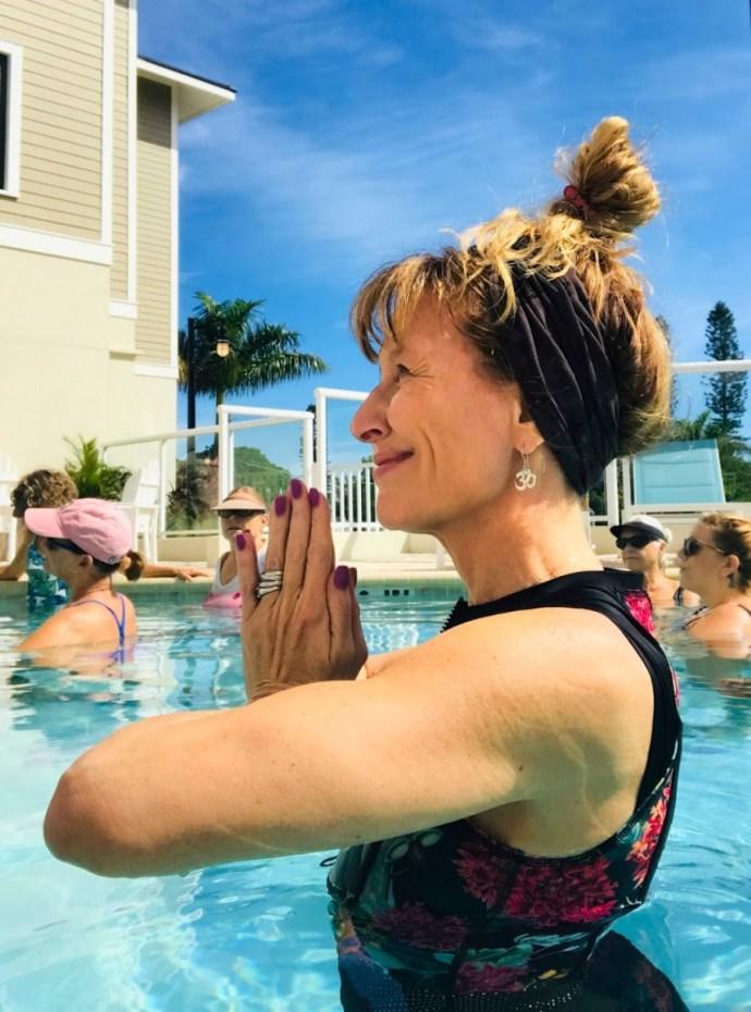 El yoga acuático es maravilloso en la mediana edad.