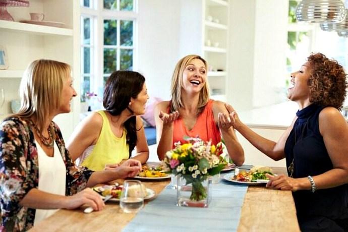 Mujeres se reúnen para intercambiar regalos y compartir un rato juntas y, sobre todo, celebrar el valor de su amistad en Galentine´s day.