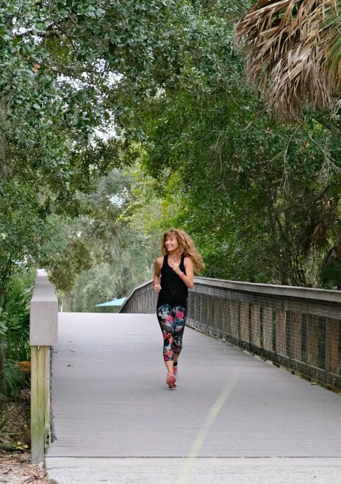 Lorraine C. Ladish corriendo